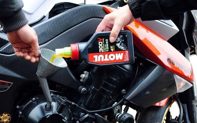 Dầu nhớt Motul 300V - loại dầu dành cho mô tô tốt nhất hiện nay