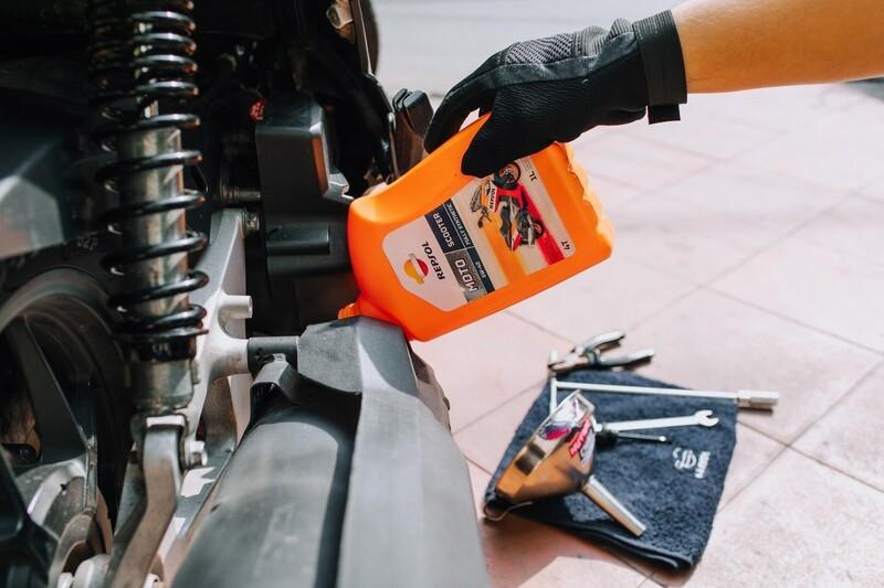 Quy trình sản xuất dầu nhớt của Repsol bắt đầu từ đường đua MotoGP và kết thúc ở các dòng xe mà chúng ta sử dụng