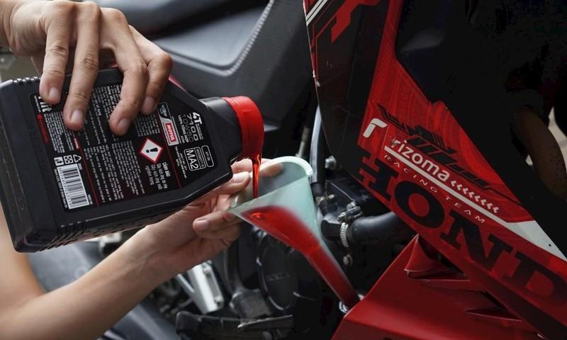 Cần chọn dầu nhớt dựa trên thương hiệu và các thông số kỹ thuật để tránh gây hỏng hóc cho xe