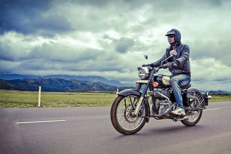 Nên chạy xe với tốc độ vừa phải, tránh phanh gấp, tăng hoặc giảm tốc đột ngột