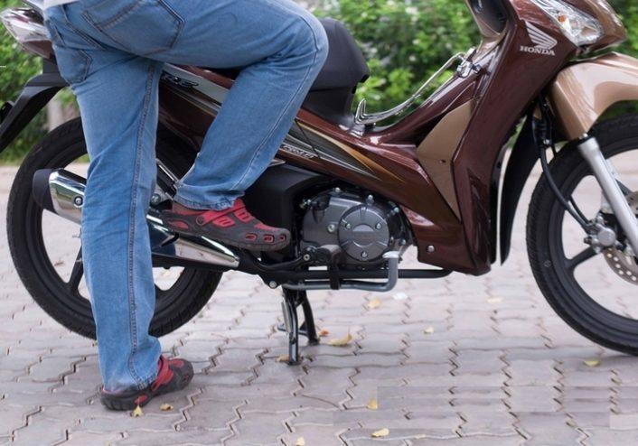 Bình ắc quy bị hỏng khiến xe không thể đề được, bắt buộc phải đạp bằng chân