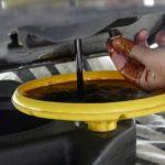 Cẩn thận trong bước xả dầu để tránh bị dây ra tay